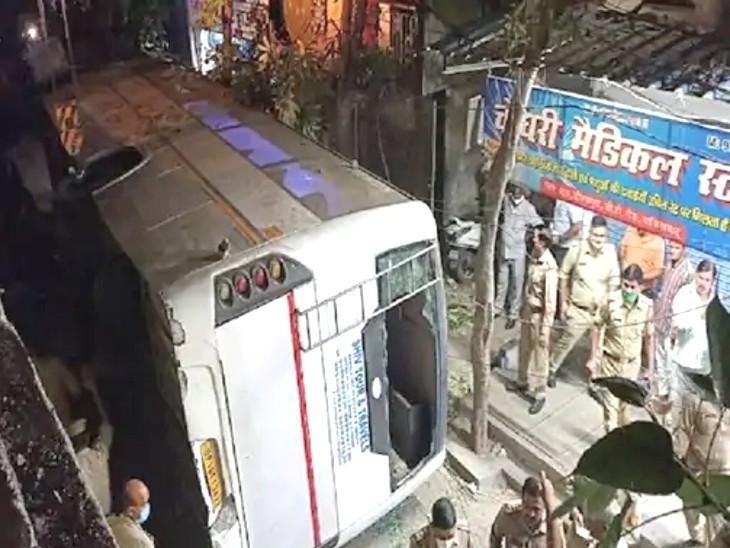 गाजियाबाद में फ्लाईओवर से नीचे गिरी यात्रियों से भरी बस; तीन की मौत, 15 घायल|देश,National - Dainik Bhaskar
