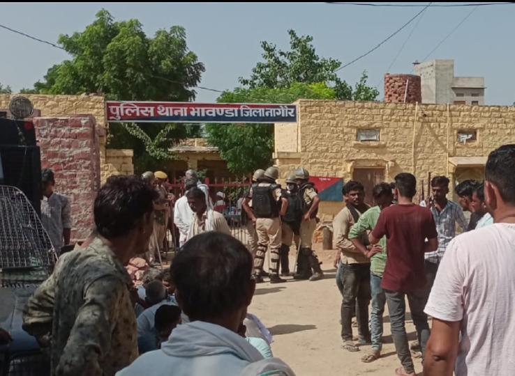 रोकने के लिए तैनात थी पुलिस,भीड़ दूसरे रास्ते से शव लेकर पहुंची; 12 दिन पहले बदमाशों ने युवक पर लाठी-सरियों से किया था हमला|नागौर,Nagaur - Dainik Bhaskar