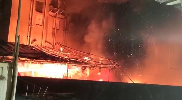 आग इतनी भीषण थी की कुछ ही देर में साड़ी बाइक्स जलकर खाक हो गईं।