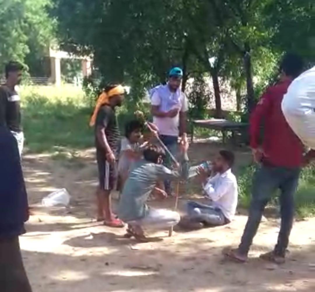 पिटाई के दौरान आरोपी बीच-बीच में गौरव को पानी पिलाते रहे, ताकि वो जल्दी दम न तोड़े।