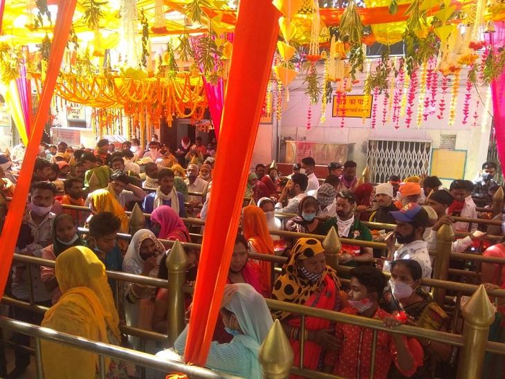 Crowd gathered at Shri Nayana Devi Temple.