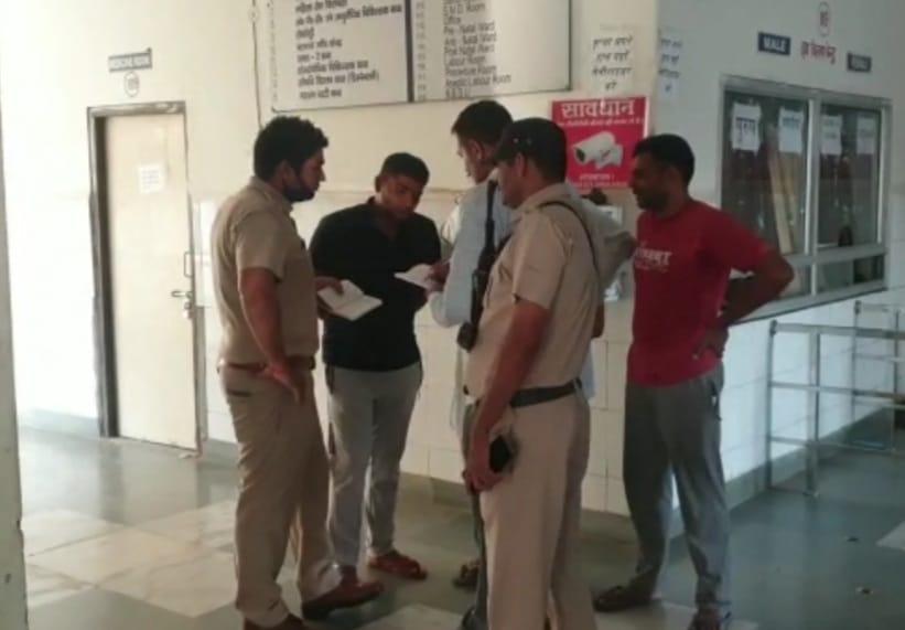 गौरव के परिवार के सदस्यों से पूछताछ करती पुलिस। - Dainik Bhaskar