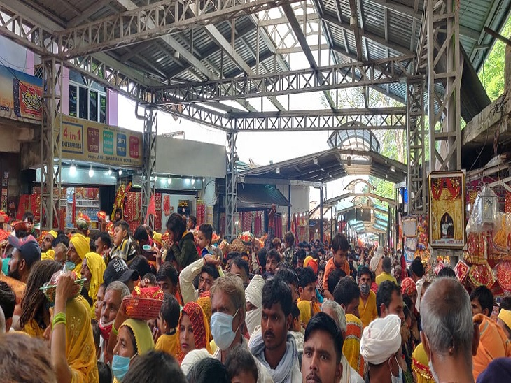 Crowds gathered for the darshan of the mother.