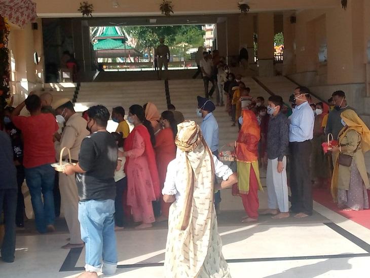 Devotees having darshan of Chamunda Devi.
