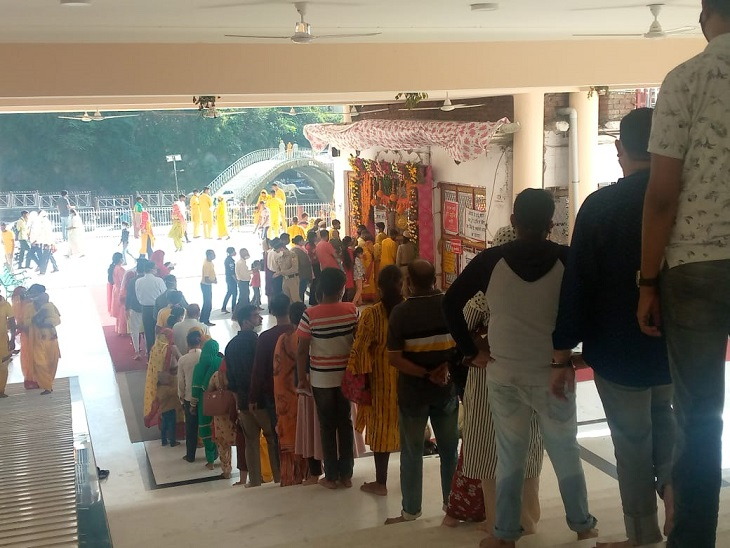 Devotees standing in lines at Chamunda Devi Temple.
