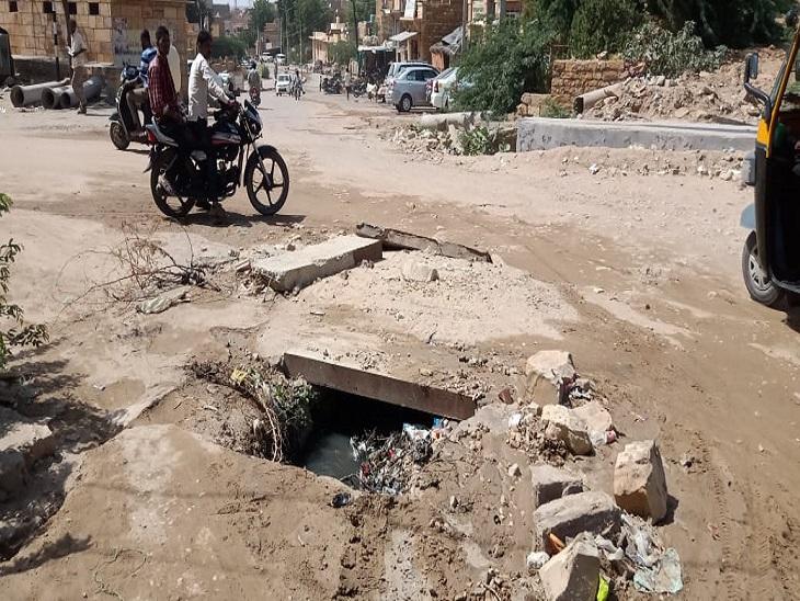 टूटी सड़कें, गंदे नाले, बबूल की झाड़ियां और गंदगी के ढेर हैं यहां,मूलभूत सुविधाओं के अभाव में यहां जीना हुआ मुश्किल|जैसलमेर,Jaisalmer - Dainik Bhaskar