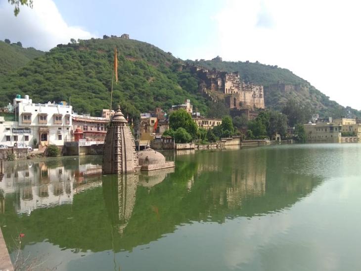 नवल सागर झील और उसमें डूबा मंदिर। - Dainik Bhaskar