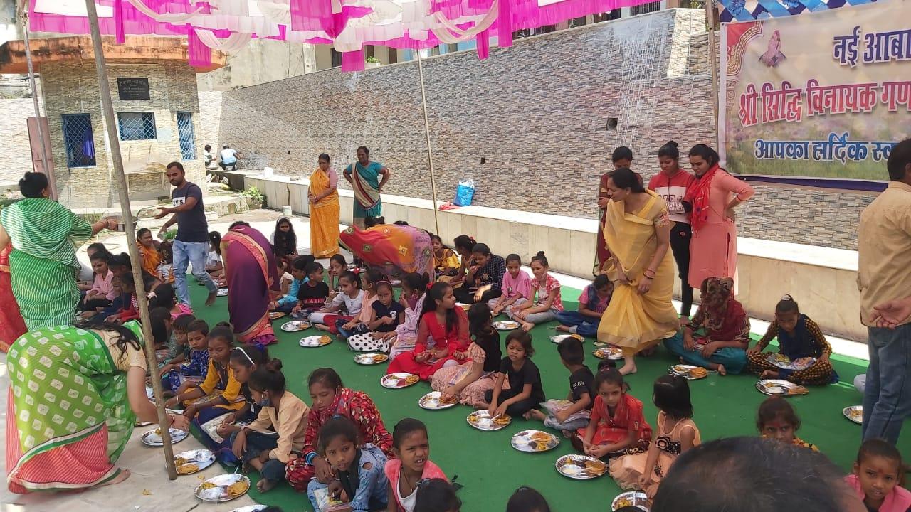 सिद्धी विनायक गणपति मंदिर परिसर में 101 कन्याओं को भोजन कराने की हुई रस्म। - Dainik Bhaskar