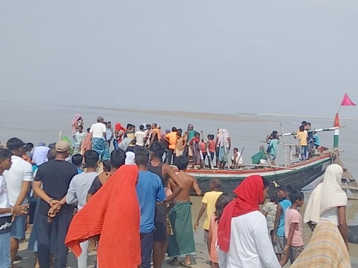 सिकंदरपुर गंगा घाट पर लगी डूबने वाले बच्चों के परिजनों की भीड़। - Dainik Bhaskar