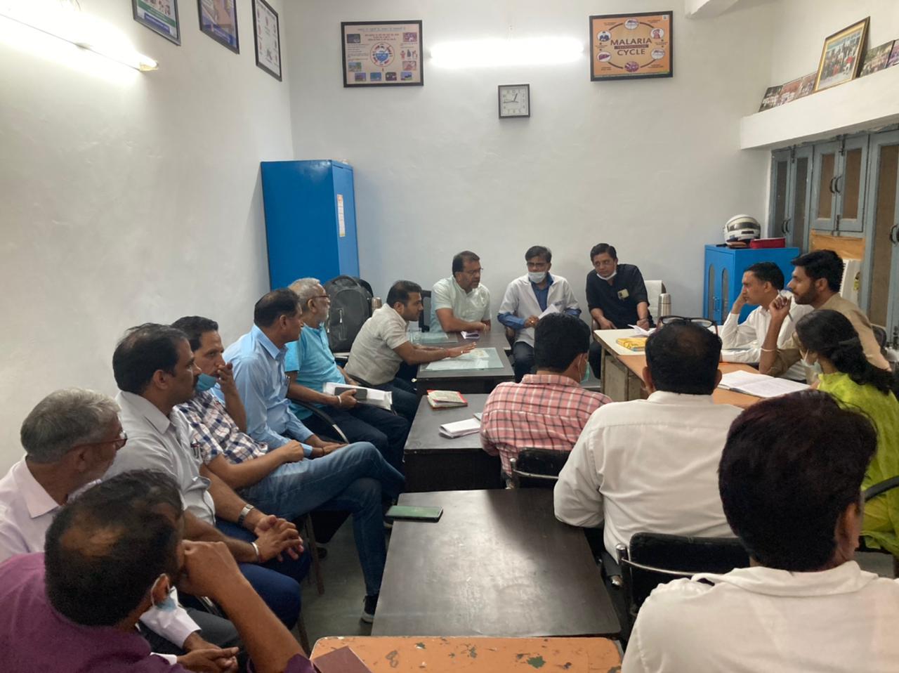 मीटिंग करते स्वास्थ्य संगठनो� - Dainik Bhaskar