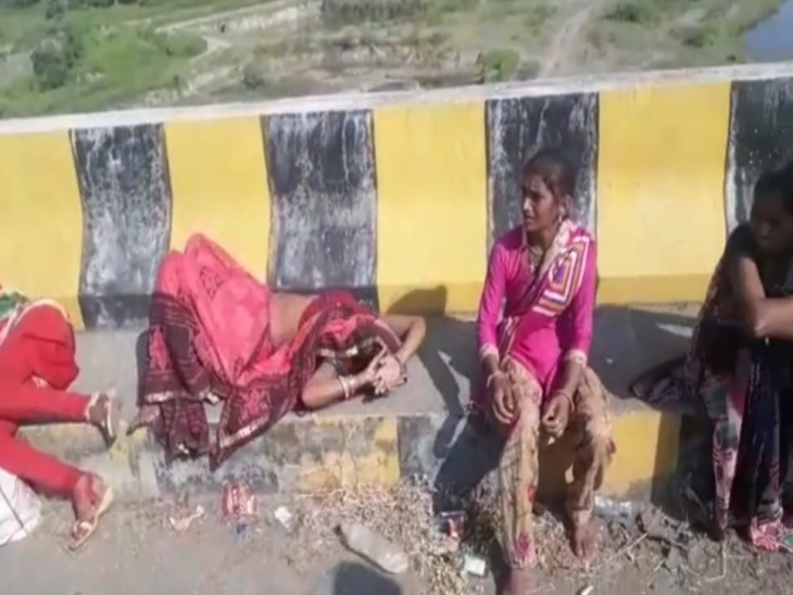 पुलिया पर बने फुटपाथ पर लेटी महिलाएं। - Dainik Bhaskar