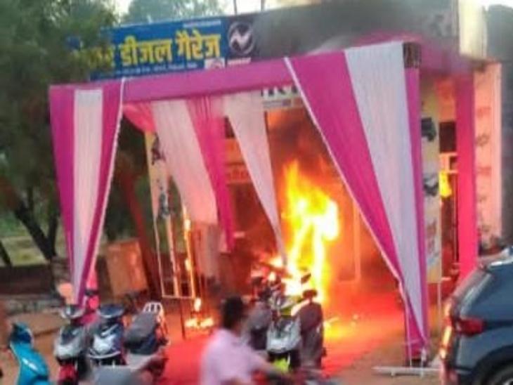 इलेक्ट्रिक स्कूटी में लगी आग। - Dainik Bhaskar