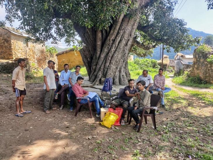 समुद्र तल से 5 हजार फीट ऊंचाई पर बसा उतरज गांव, 8 KM पैदल चलकर पहुंची मेडिकल टीम, 392 लोगों को लगाई दूसरी डोज माउंट आबू,Mount abu - Dainik Bhaskar