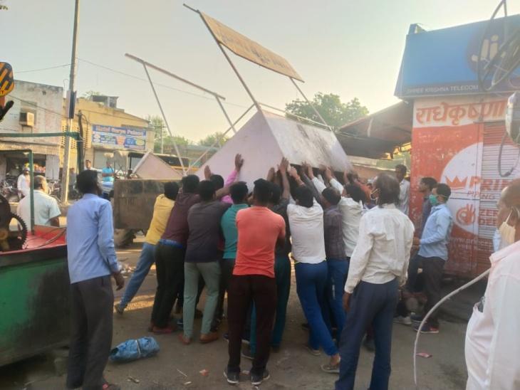 नगर पालिका प्रशासन ने अवैध अतिक्रमण के खिलाफ चलाया अभियान, बस स्टैंड व मोरीजा रोड से थड़ी-ठेले हटाए, पुलिस जाब्ता रहा मौजूद चौमू,Chomu - Dainik Bhaskar