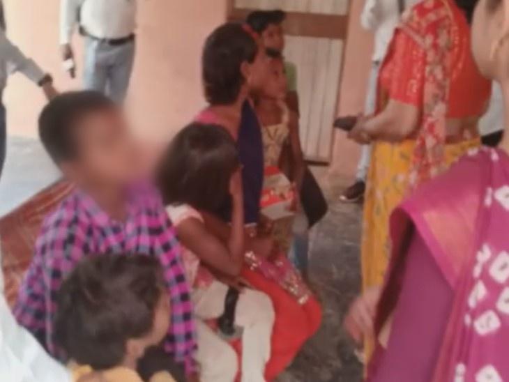 भद्रकाली मंदिर के सामने भीख मांगते मिले बच्चे, बाल कल्याण समिति व श्रम विभाग ने परिजनों को बुलाकर किया पाबंद|हनुमानगढ़,Hanumangarh - Dainik Bhaskar