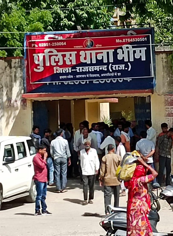 हत्यारे को पकड़ने और मुआवजा दिलाने की मांग पर अड़े थे ग्रामीण, पुलिस ने समझाइश कर परिजनों को सौंपा शव राजसमंद,Rajsamand - Dainik Bhaskar