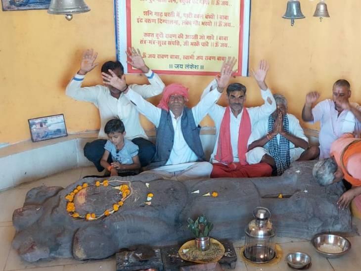 बाबा की लेटी हुई मुर्ति - Dainik Bhaskar
