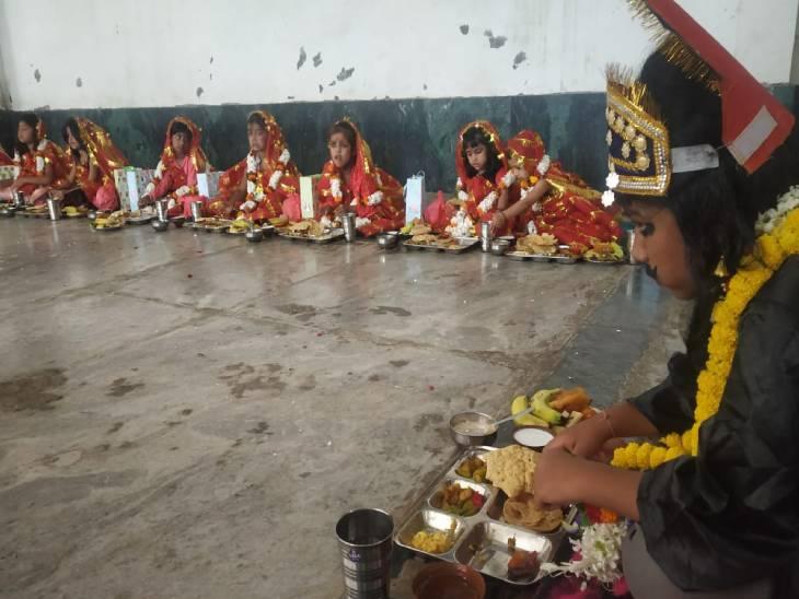 वाराणसी में आज नवमी पर हवन के बाद नवदुर्गा स्वरूपा 9 कन्याओं की पूजा के बाद भोग लगाया जा रहा है। - Dainik Bhaskar