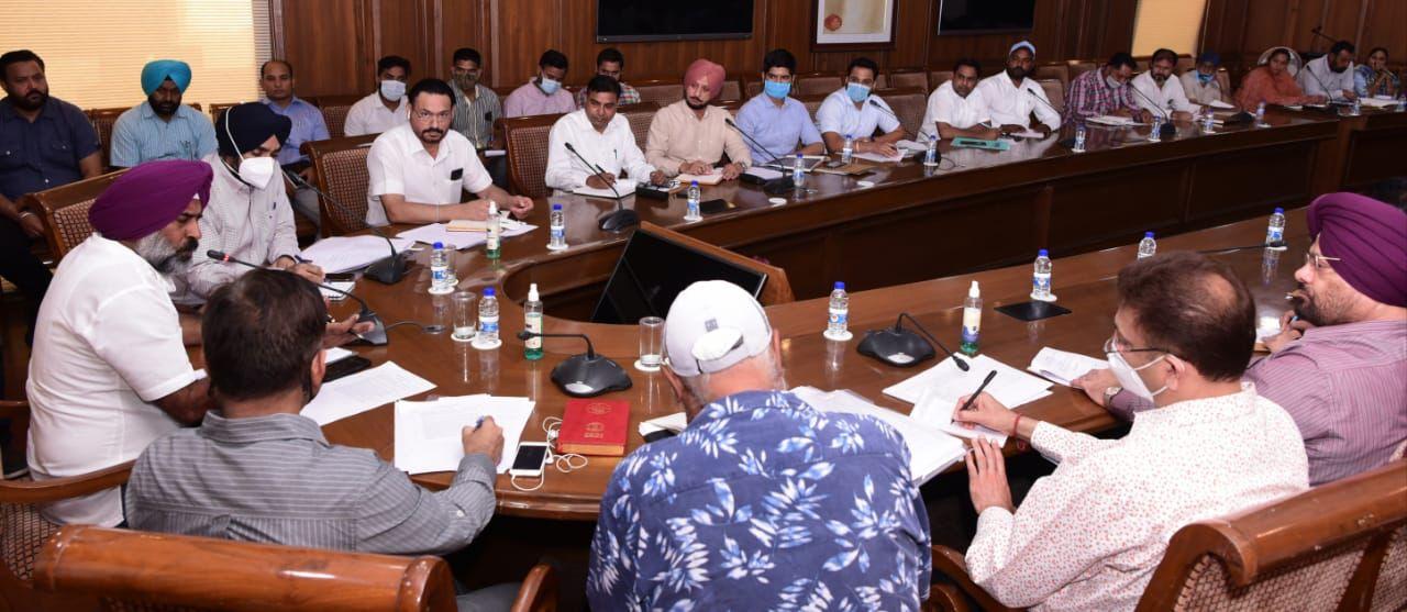 खेल अधिकारियों से बैठक करते हुए खेल मंत्री प्रगट सिंह।