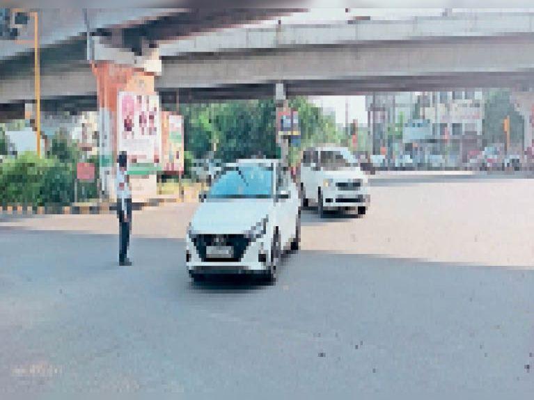 बीएमसी चौक में फाल्ट के कारण बिजली बंद होने पर ट्रैफिक कंट्रोल करते हुए मुलाजिम। - Dainik Bhaskar
