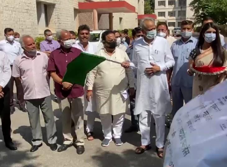 CM गहलोत ने हरी झण्डी दिखाकर किया रवाना; ड्राइवरों को सैलेरी नहीं मिलने के कारण 18 अक्टूबर से जा सकते हैं हड़ताल पर|जयपुर,Jaipur - Dainik Bhaskar
