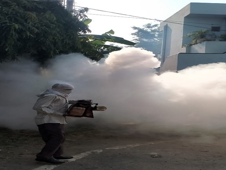 मच्छरों के प्रकोप से बचने के लिए कॉलोनियों में करता निगम कर्मचारी