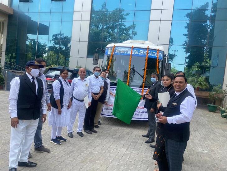 वैन का मुख्य उद्देश्य विशेष डोर टू डोर सपंर्क कर कानूनी साक्षरता का प्रचार प्रसार करना है। - Dainik Bhaskar