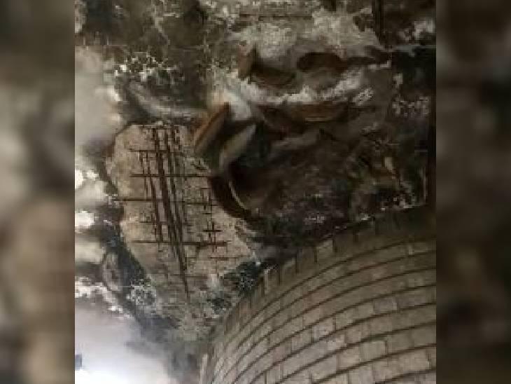 भोपाल में 15 फीट ऊंचाई से गिरा प्लास्टर।