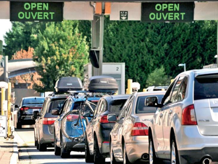 कनाडा द्वारा वैक्सीनेटेड अमेरिकियों के लिए बॉर्डर खोलने के दौरान खड़ी कारें। - Dainik Bhaskar