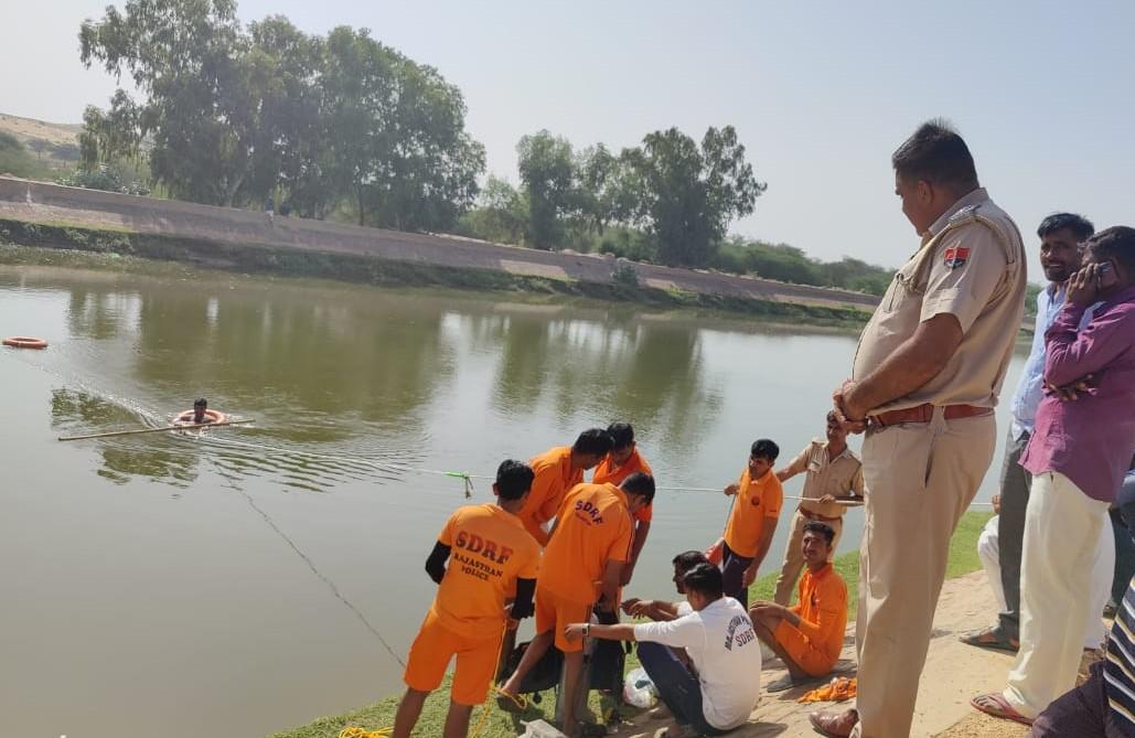 डूबे युवकों को नहर से निकालते SDRF के जवान। - Dainik Bhaskar