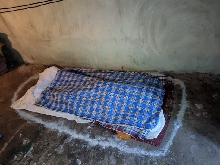 सिर पर कुल्हाड़ी से वार करते ही आनंद जमीन पर गिरा और उसकी मौत हो गई। इसके बाद पवन व उसकी पत्नी ने शव को उठा कर बिस्तर पर लिटा दिया और कंबल से ढंक दिया।