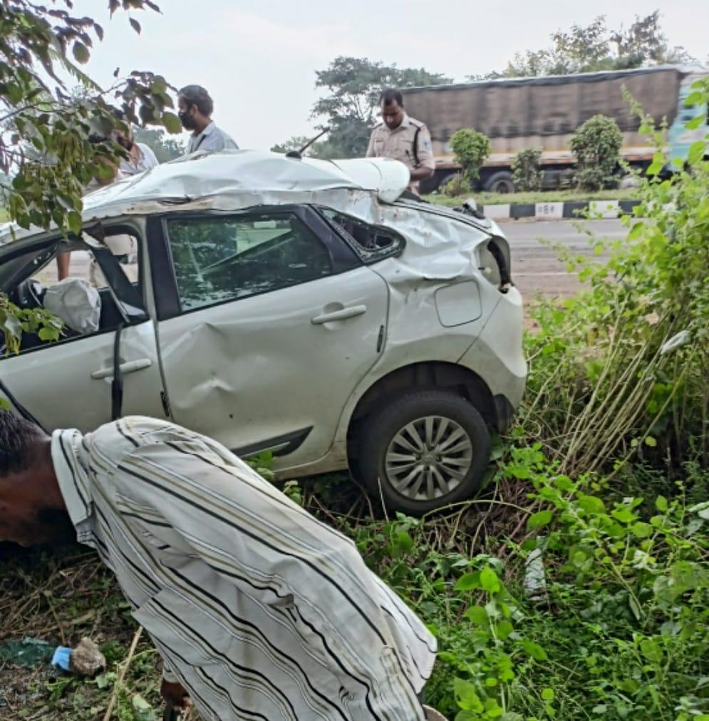 पांढुर्ना के पास दुर्घटनाग्रस्त कार। - Dainik Bhaskar