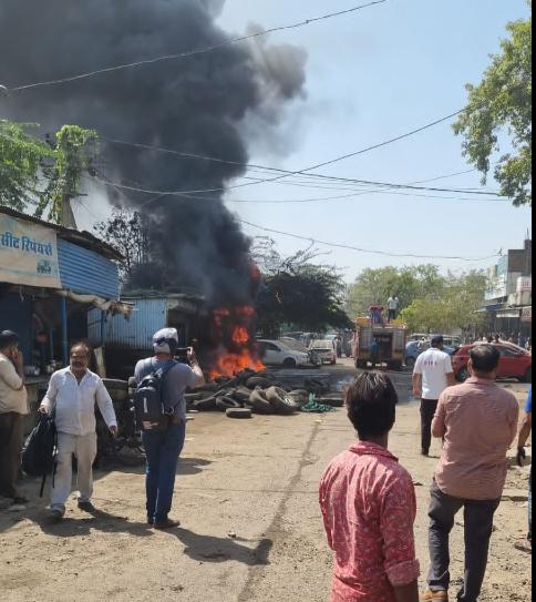 3 गुमटियों में आग लगी, टायर की ट्यूब में ब्लास्ट हुआ, VIP विजिट के चलते बेरिकेटिंग होने से देर से पहुंची दमकल, 7 दमकलों ने 1 घंटे में काबू पाया कोटा,Kota - Dainik Bhaskar