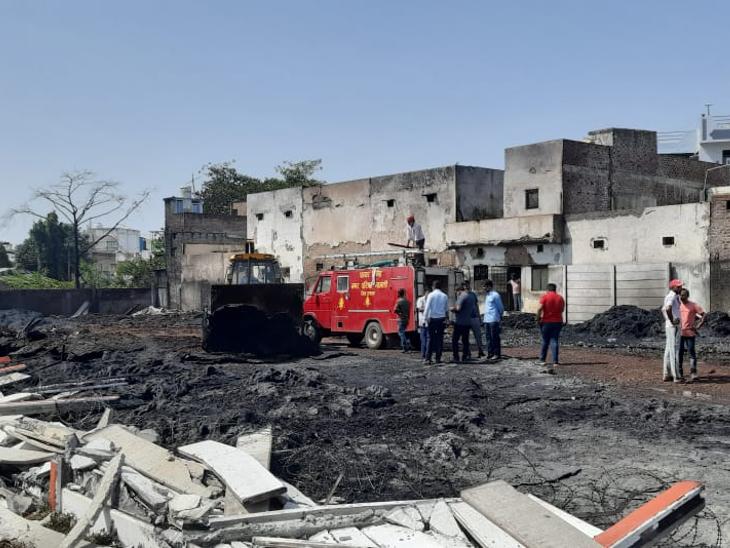 3 महीने पहले बिना परमिशन बना पाइप गोदाम, बाउंड्रीवाल भी अवैध; 12 घरों तक पहुंच गई थी लपटें रतलाम,Ratlam - Dainik Bhaskar