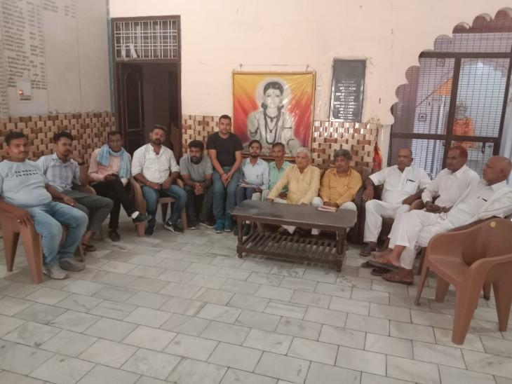 छातर गांव में दलित परिवारों से जानकारी लेते बसपा के नेता।