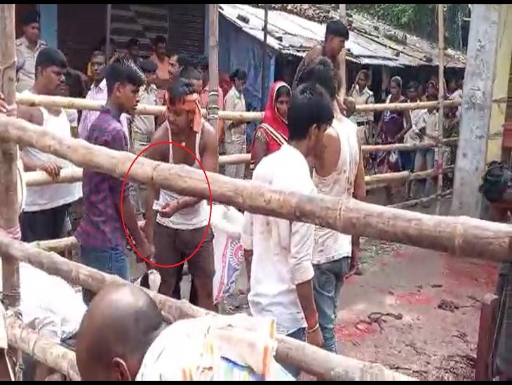 मंदिर समिति में फीस जमा करने के बावजूद बड़ी दुर्गा स्थान में दबंग वसूलते 250-250 रुपए, लोगों का आरोप-पुलिस भी मिली है खगरिया,Khagaria - Dainik Bhaskar