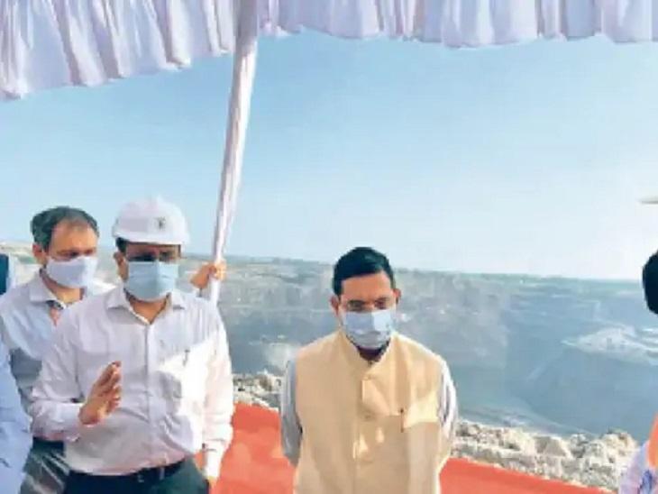 कोरबा में करीब 8 घंटे तक केंद्रीय मंत्री प्रह्लाद जोशी ने खदानों का निरीक्षण किया। साथ ही अफसरों की बैठक भी ली।