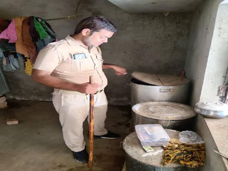 10 लीटर अवैध शराब के साथ पकड़ा गया तस्कर, भारी मात्रा में लहन किया गया नष्ट गोंडा,Gonda - Dainik Bhaskar