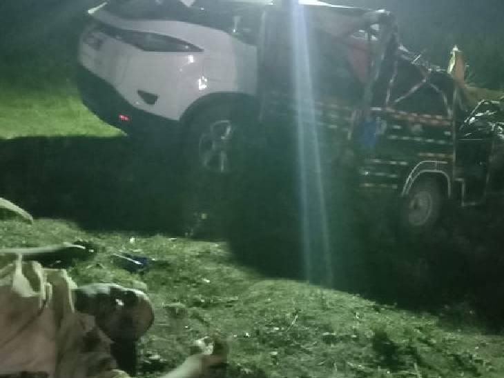 क्षतिग्रस्त कार और ऑटो के पास पड़ा शव।