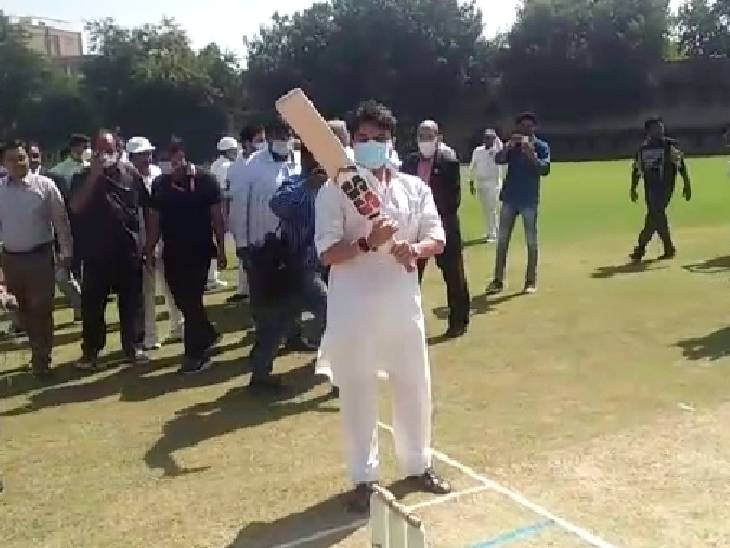 क्रिकेट पिच पर बैटिंग करते सिंधिया।
