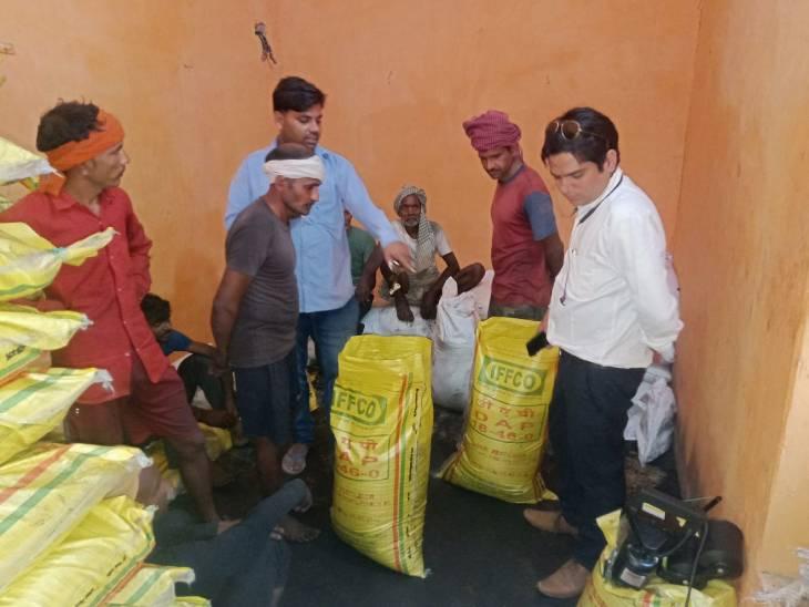 मुरैना में नकली खाद की जांच करती टीम।