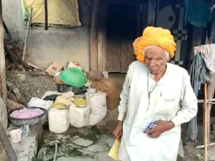 पीड़ित बोला- मशीन में अंगूठा दिखाई नहीं दे रहा, इसलिए एक साल से नहीं दे रहे राशन शाजापुर (उज्जैन),Shajapur (Ujjain) - Dainik Bhaskar