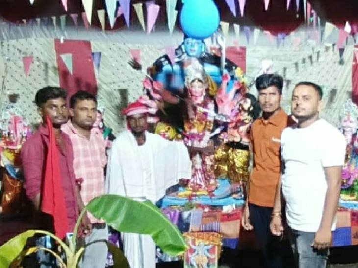 मुस्लिम समाज ने की दुर्गा मूर्ति स्थापित, महिलाओं ने रखा नवरात्रि का व्रत|महराजगंज,Maharajganj - Dainik Bhaskar