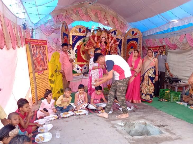 दुर्गा पंडालों में कन्या भोज का आयोजन, 'बेटी बचाओ बेटी पढ़ाओ' को लेकर किया गया जागरूक|फतेहपुर,Fatehpur - Dainik Bhaskar