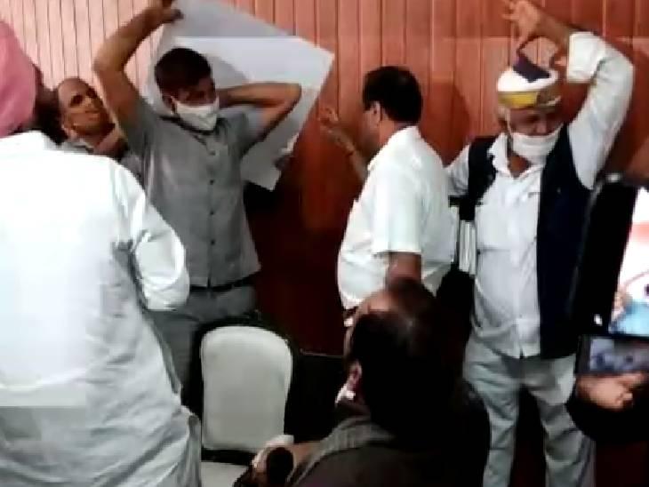 रामपुर में प्रेस कॉन्फ्रेंस कर रहे थे मुख्तार अब्बास नकवी, सुरक्षा कर्मियों के ऊपर गिरी सीलिंग टाइल्स रामपुर,Rampur - Dainik Bhaskar