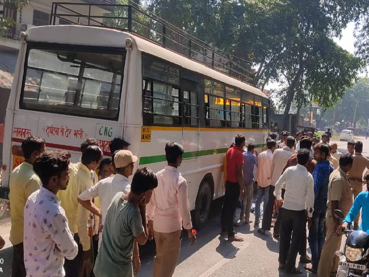 सीतापुर में सड़क हादसे में बच्ची की मौत। - Dainik Bhaskar