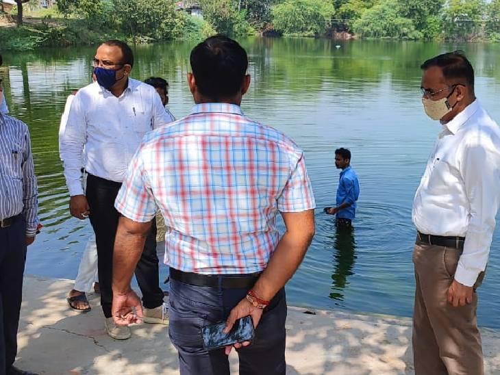 DM शुभ्रान्त कुमार शुक्ल ने स्थलों पर साफ-सफाई के दिए निर्देश, मंदाकिनी में विसर्जन न करने को कहा चित्रकूट,Chitrakoot - Dainik Bhaskar