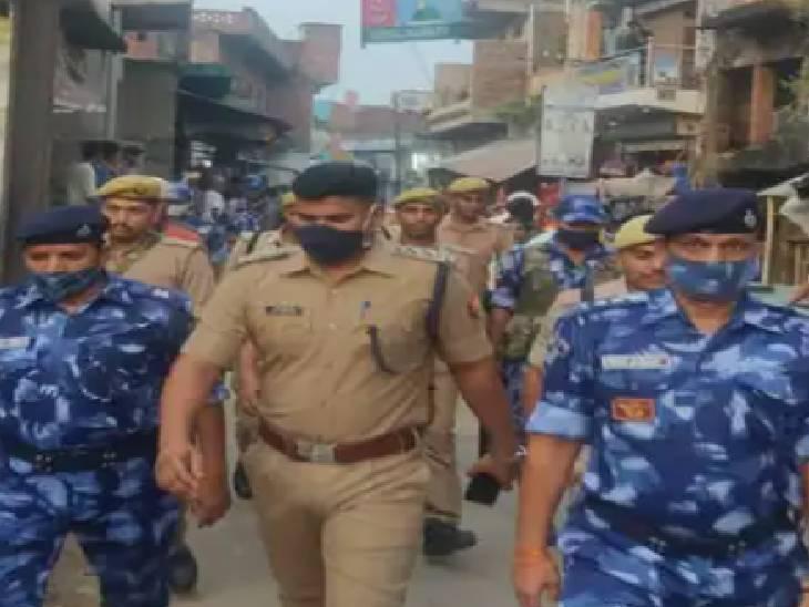 मऊ में पुलिस के जवानों ने किया फ्लैग मार्च। - Dainik Bhaskar
