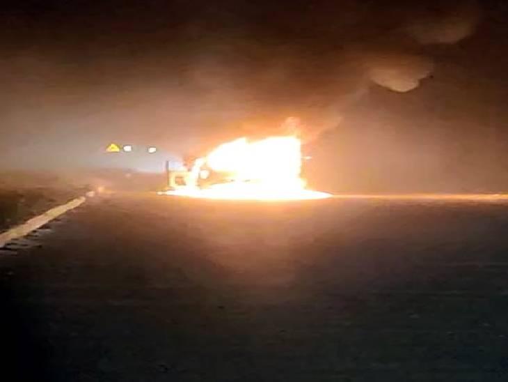 गाड़ी के इंजन में खराबी आने से अचानक लग गई आग, चालक ने बाहर कूदकर बचाई जान शामली,Shamli - Dainik Bhaskar