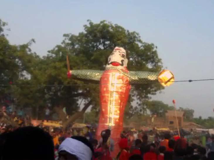 बक्सर के कुकुढा में दशहरा के 5 दिन बाद रावण दहन की परंपरा है। - Dainik Bhaskar